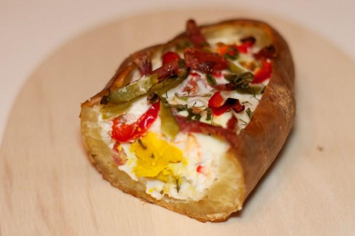 Izdubljeni krumpir punjen s jajima i špekom