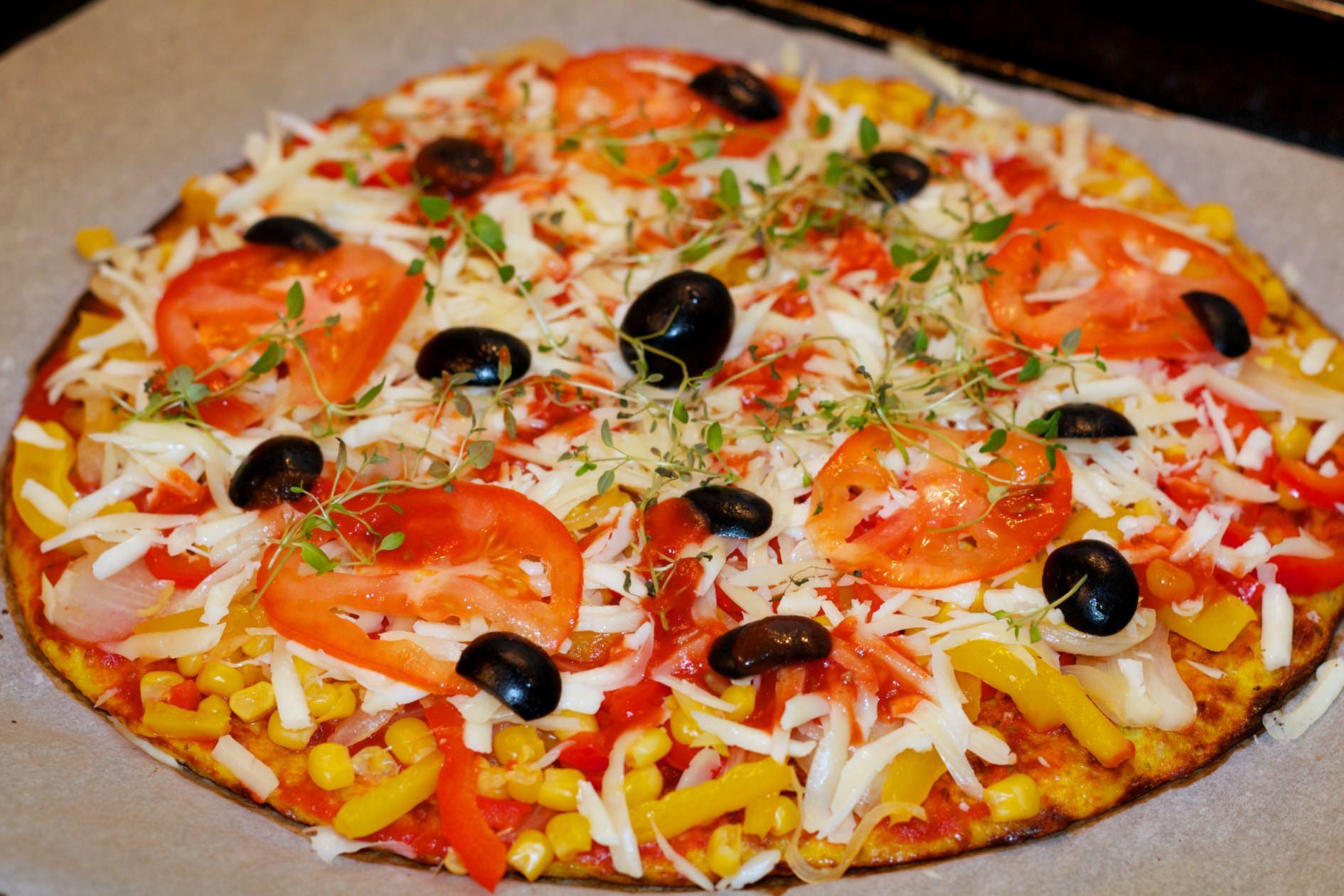 pizza s tijestom od karfiola i cvjetače