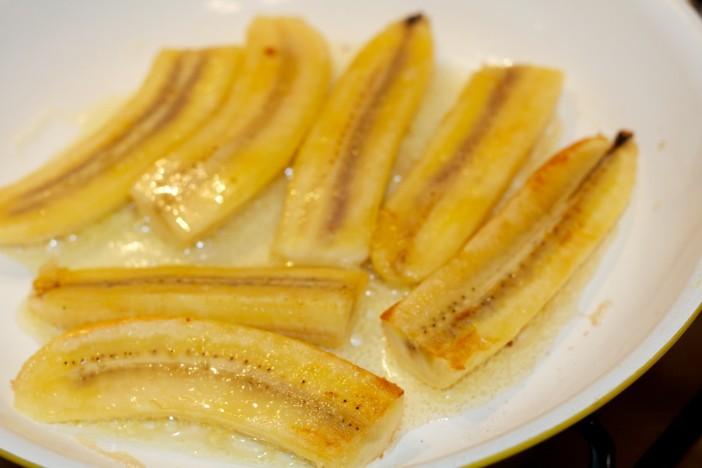 Pržene banane na maslacu prelivene s otopljenom cokoladom i kikirikijem 5