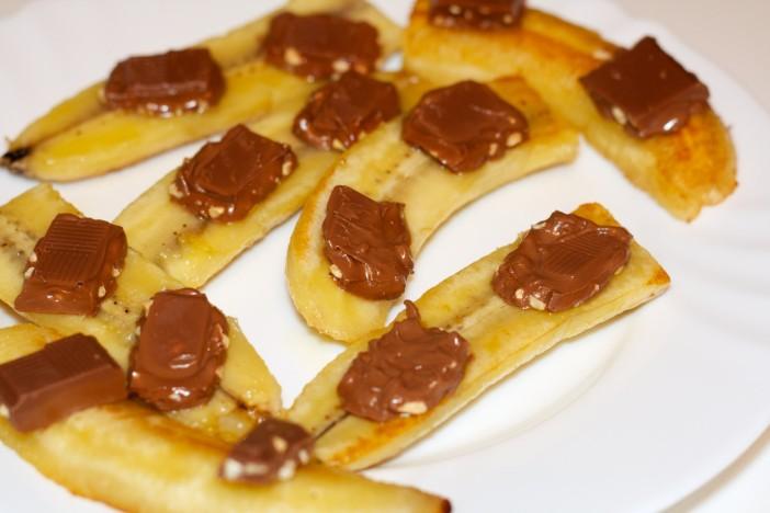Pržene banane na maslacu prelivene s otopljenom cokoladom i kikirikijem 6