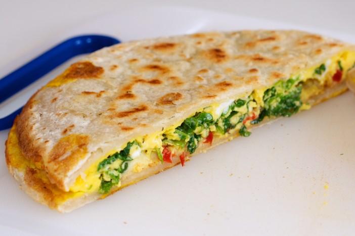 Quesadilla punjena jajima, keljom, paprikom i mozzarellom za doručak