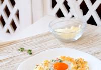 Dekonstrukcija doručka žutanjak na oblaku od bjelanjaka i parmezana darkova web kuharica