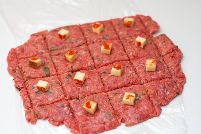 chili party mesne okruglice punjene sirom na štapićupunjenom   kikirikijem 10