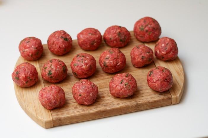 chili party mesne okruglice punjene sirom na štapićupunjenom kikirikijem 11