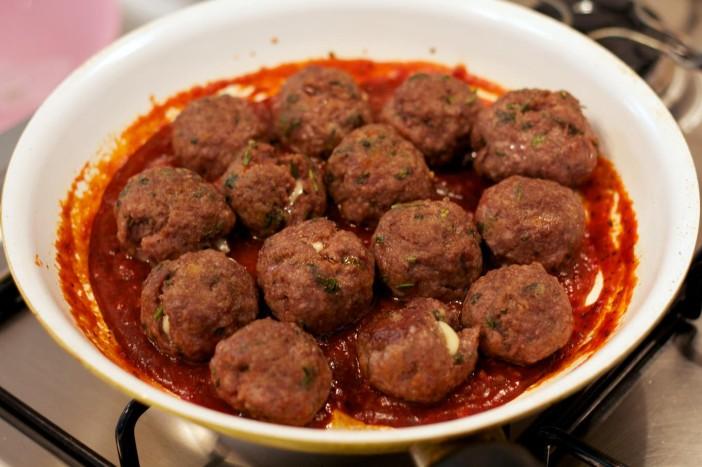 chili party mesne okruglice punjene sirom na štapićupunjenom kikirikijem 13