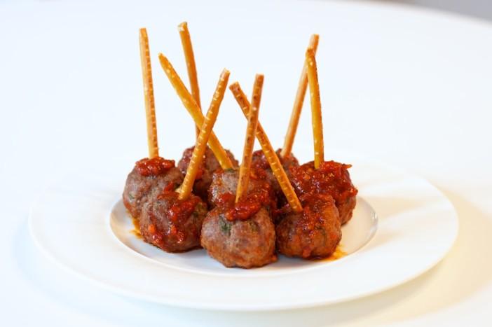 chili party mesne okruglice punjene sirom na štapićupunjenom kikirikijem 14