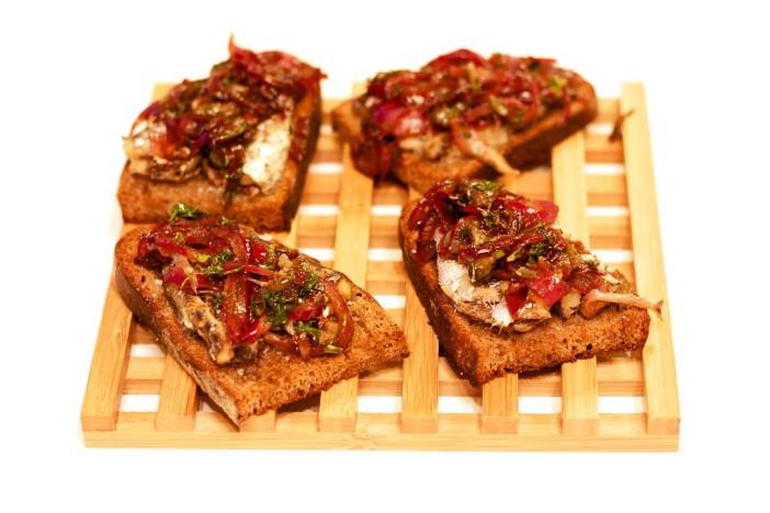 Bruschetta sa sardinama i rikulom u umaku od limuna i senfa sa slatko kiselim lukom 11