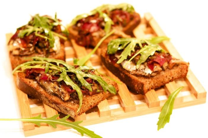 Bruschetta sa sardinama i rikulom u umaku od limuna i senfa sa slatko kiselim lukom 13