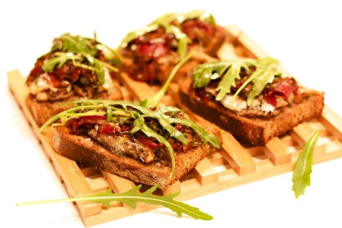 Bruschetta sa sardinama i rikulom u umaku od limuna i senfa sa slatko kiselim lukom 14