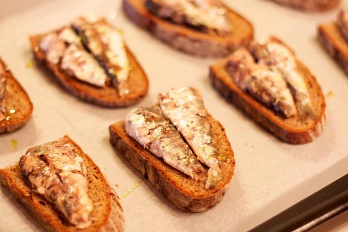 Bruschetta sa sardinama i rikulom u umaku od limuna i senfa sa slatko kiselim lukom 8