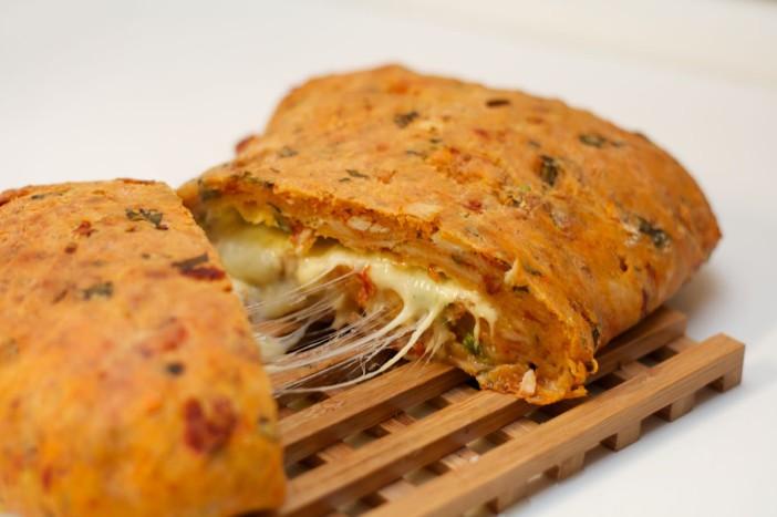 Poseban pizza kruh s tri vrste sira špinatom piletinom i sušenim rajčicama 17