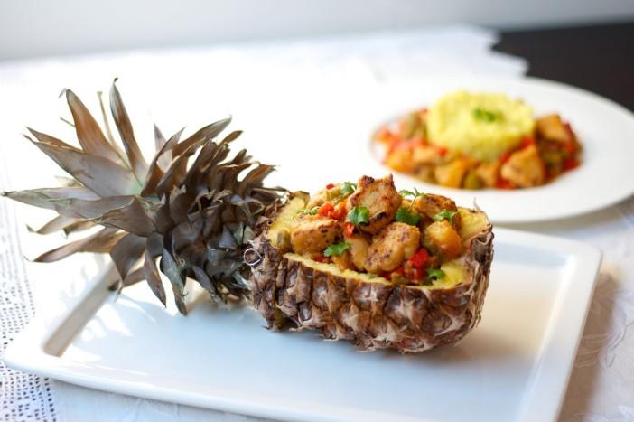 Thai slatko ljuta piletina s povrćem ananasom i curry rižom servirana u ananasu 20