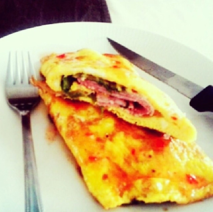 rolani omlet punjen šunkom i zelenom salatom i isrom