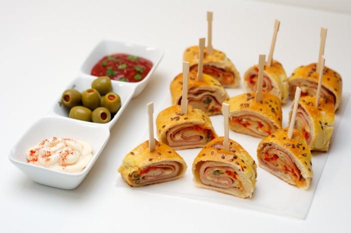 Party rolana kanapeic peciva punjena s mortadelom sirom i paprikom 12