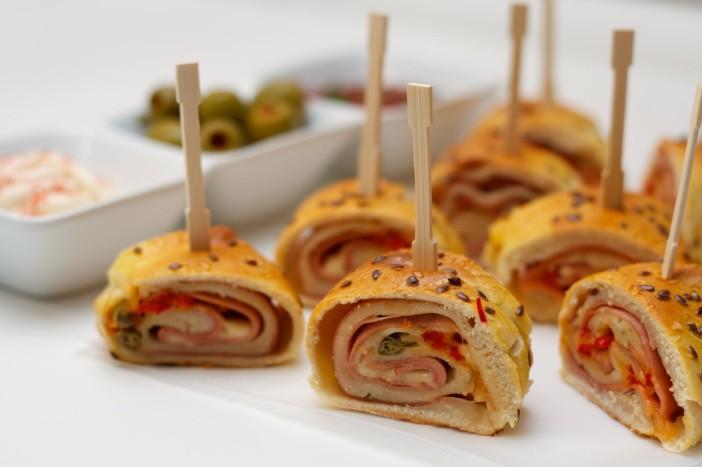 Party rolana kanapeic peciva punjena s mortadelom sirom i paprikom 15