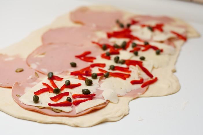 Party rolana kanapeic peciva punjena s mortadelom sirom i paprikom 6