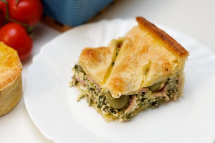 Pita punjena mortadelom špinatom sirom lukom i maslinama 15