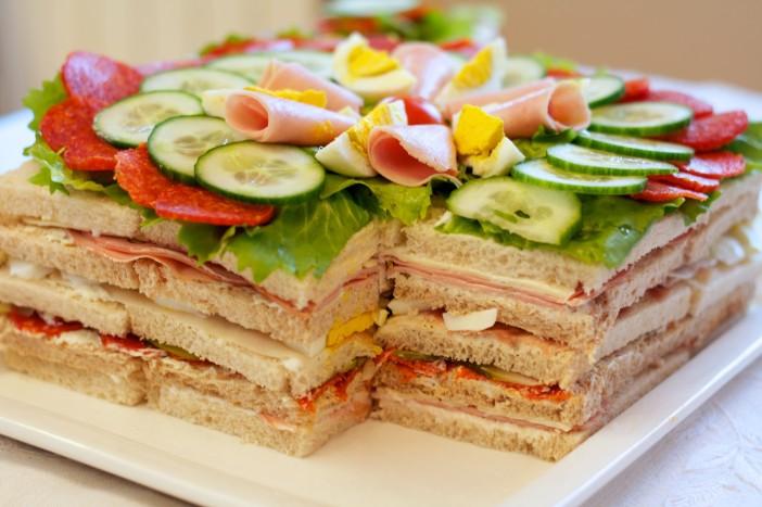 Sendvic torta s pršutom mortadelom i zimskom salamom 39