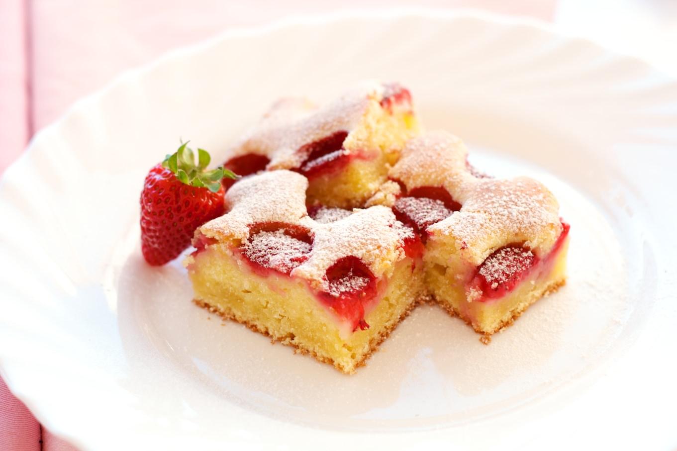 biskvit kolač s jagodama i krem sirom