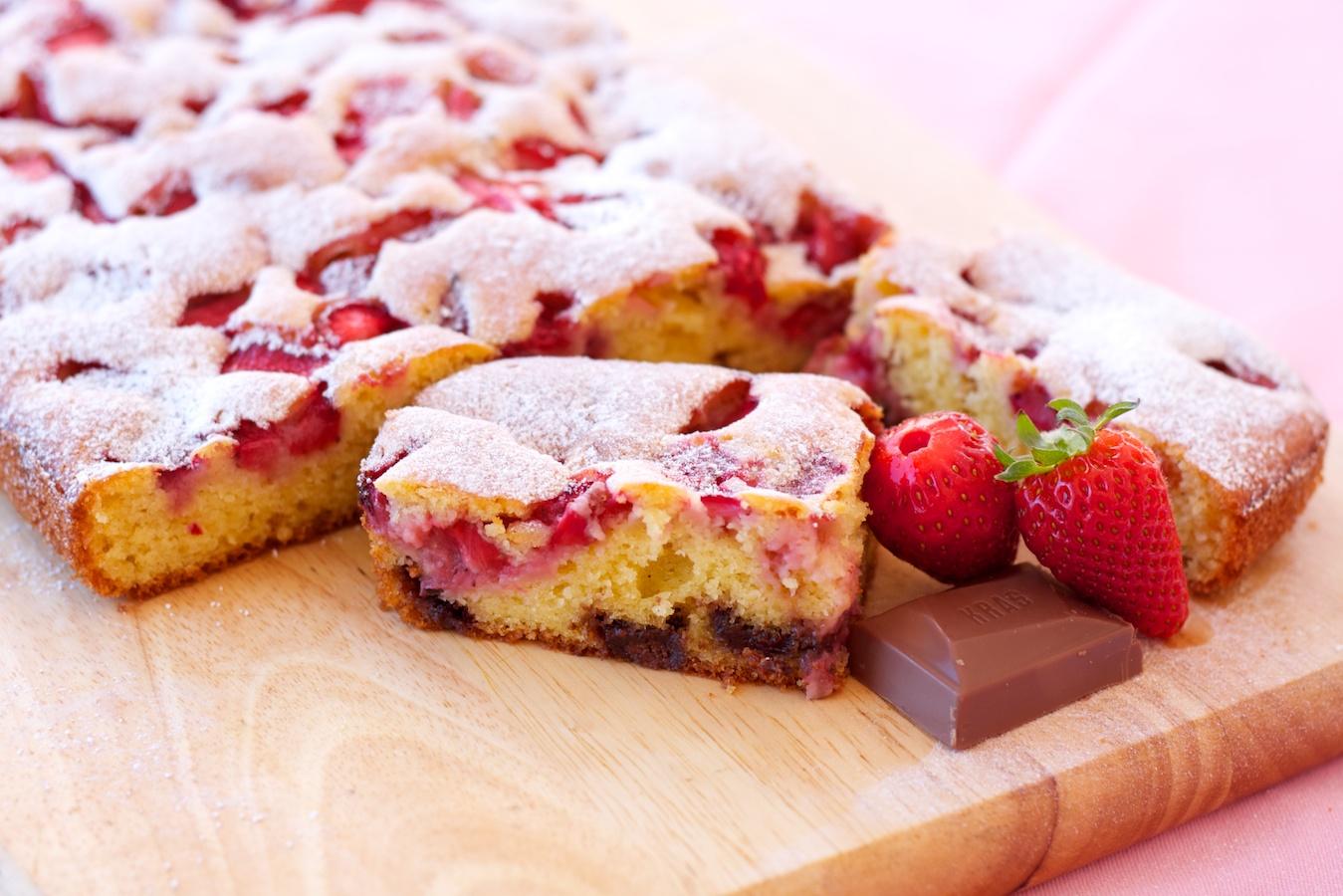 Brzi biskvit kolač s jagodama i čokoladom 1