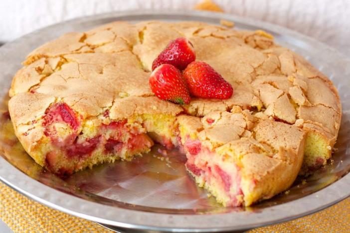 Jednostavni biskvit kolac od jagoda 9