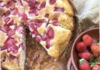 biskvitni kolač s jagodama
