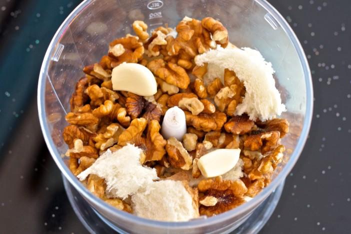 Hladna jogurt juha s krastavcima mljevenim orasima i maslinovim uljem 1