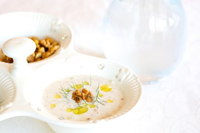 Hladna jogurt juha s krastavcima mljevenim orasima i maslinovim uljem 10