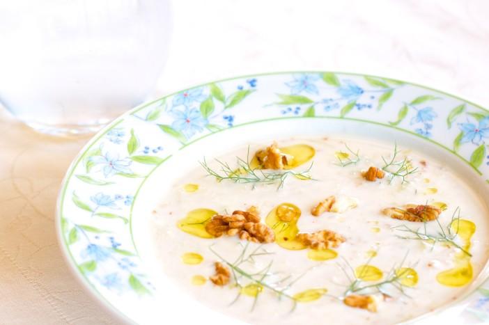 Hladna jogurt juha s krastavcima mljevenim orasima i maslinovim uljem 11