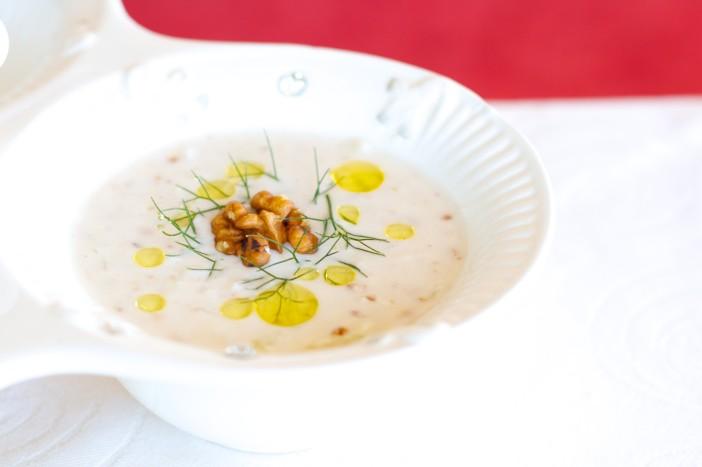 Hladna jogurt juha s krastavcima mljevenim orasima i maslinovim uljem 6