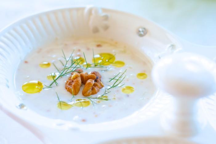 Hladna jogurt juha s krastavcima mljevenim orasima i maslinovim uljem 7