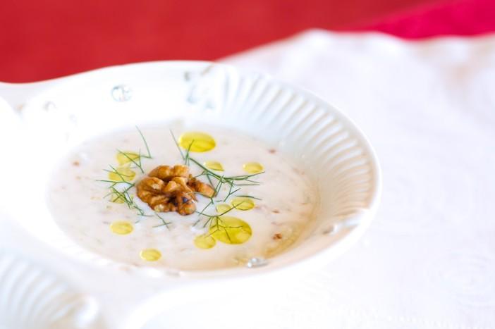 Hladna jogurt juha s krastavcima mljevenim orasima i maslinovim uljem 8