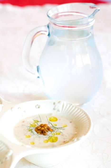 Hladna jogurt juha s krastavcima mljevenim orasima i maslinovim uljem 9