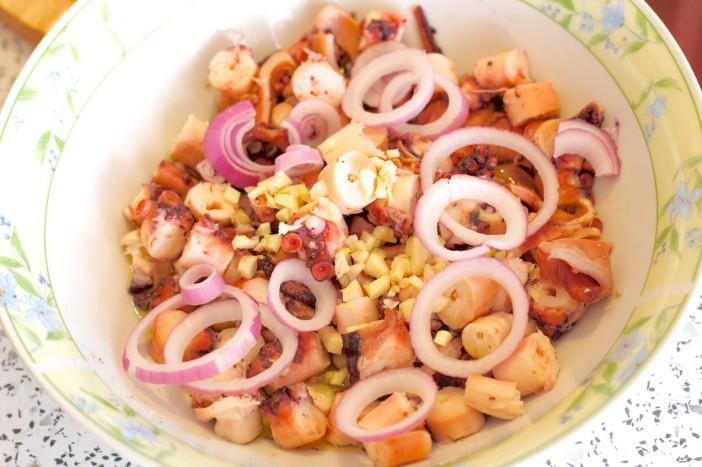Salata od hobotnice s krumpirima i lukom 4