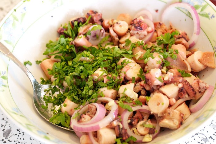 Salata od hobotnice s krumpirima i lukom 5