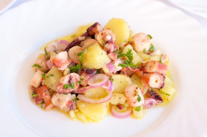 Salata od hobotnice s krumpirima i lukom 7