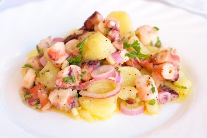 Salata od hobotnice s krumpirima i lukom 8