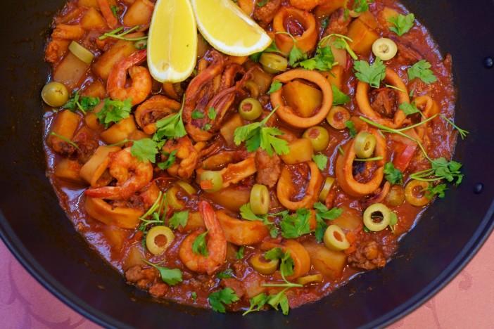 Lignje s kobasicama i kozicama u šalši od rajčice darkova web kuharica 10