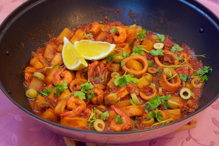 Lignje s kobasicama i kozicama u šalši od rajčice darkova web kuharica 11