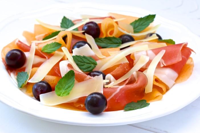 Salata s dinjom pršutom i paškim sirom 3
