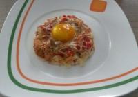 dekonstrukcija doručka jaje na oko na oblaku od bjelanjaka
