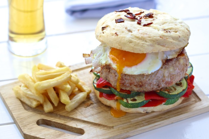 hamburger s tri vrste mesa i pecivom s mesom i jajetom