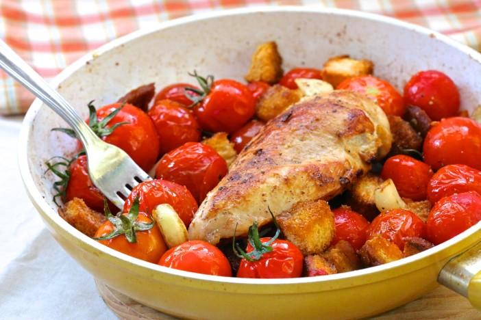 piletina na naglo s cherry rajčicama i tostiranim kockama kruha