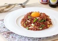 pržena integralna riža s jajima i mladim lukom