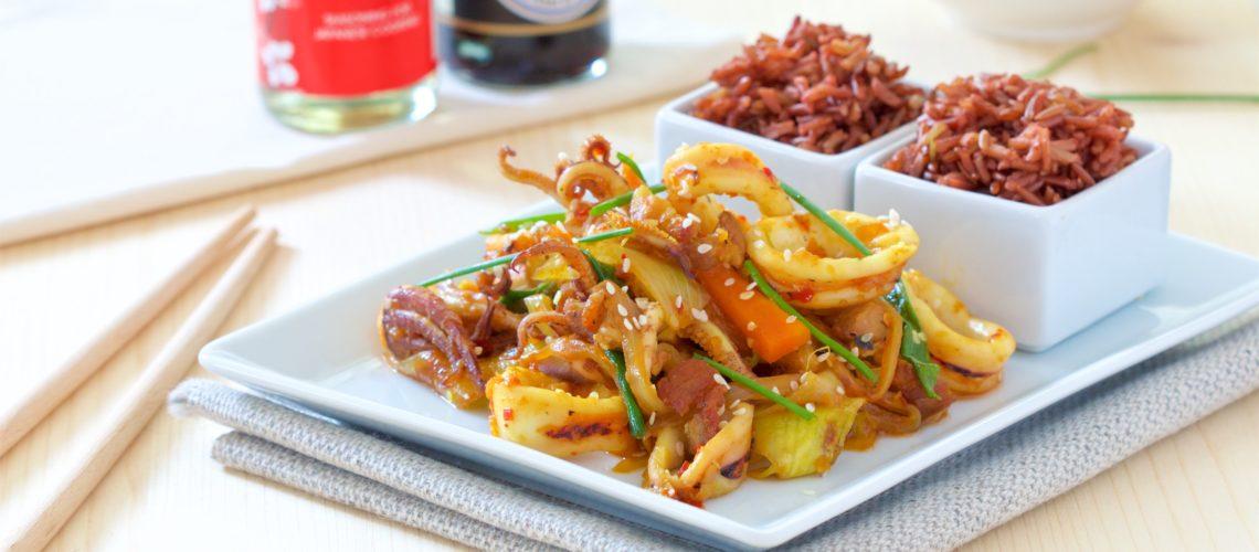 korejski sstir-fry s lignjama i svinjetinom