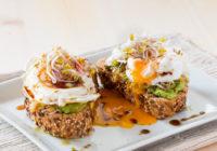 tost s kremom od avokada klicama i poširanim jajetom