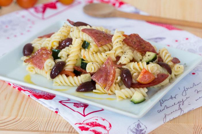 hladna salata s tjesteninom i čipsom od salame