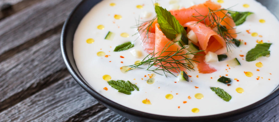 jogurt juha s krastavcima lososom i mentom