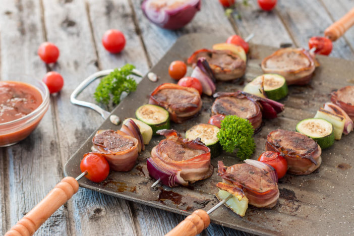 ražnjići sa svinjskim lungićem omotanim u špek