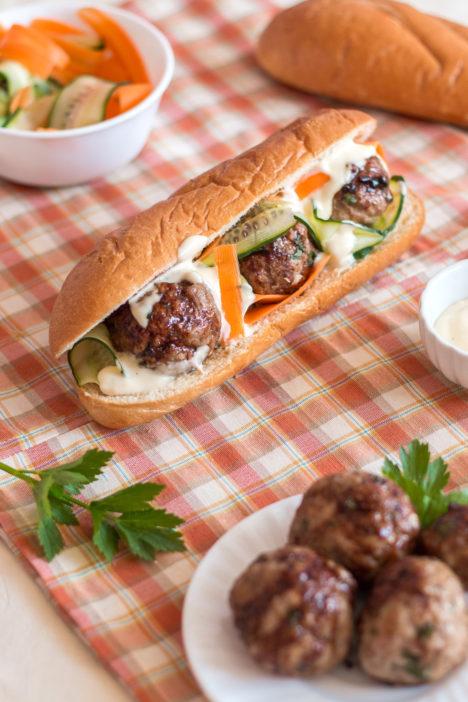 napravite domaći sendvič s mesnim okruglicama i brzom kiselom salatom